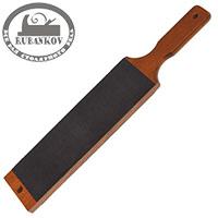 Кожаный ремень на деревянном бруске