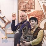 Памятные фото у стенда конкурса на изготовление лучковой пилы, (Владимир Денисов и Ирина Пахомова) #фсд18