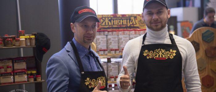 Заам Андрей и Сергей Коробов, стенд масел Живица