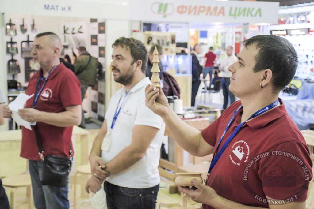 Дмитрий Пушин оценивает работу конкурсантов