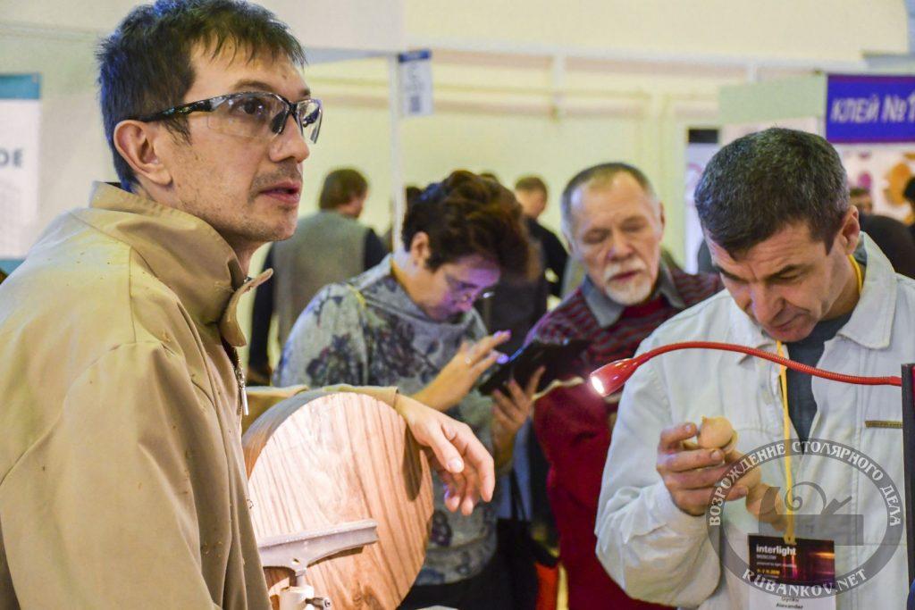 Андрей Громов демонстрирует работу за станком