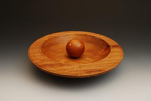 Деревянное блюдо и шар, работа Куртиса Турнера