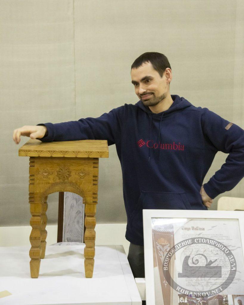 посетитель и стул работы столярной школы Всеволода Полтавцева (ФСД19, Москва)