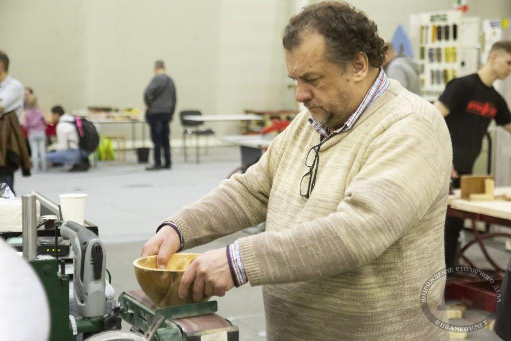 Николай Жуков шлифует деревянную чашу (ФСД19, Москва)