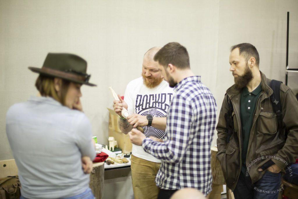 Никита Гирнык раздает советы по резьбе ложек (ФСД19, Москва)