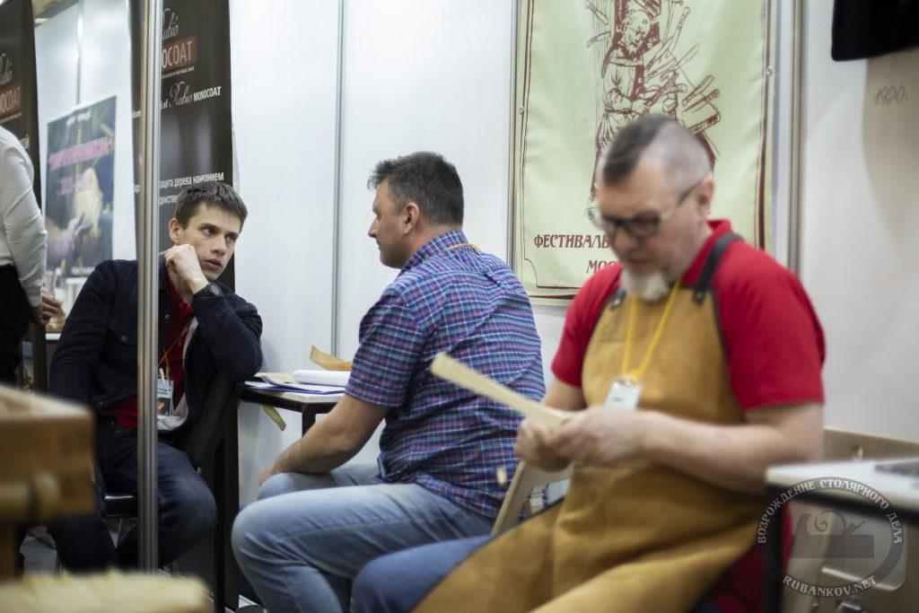 Иван Бочков готовится резать ложку (ФСД19, Москва)