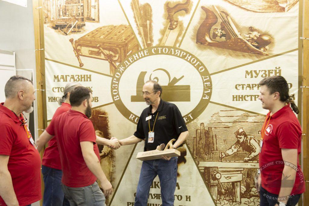 вручение подарка Кёртису (ФСД19, Москва)