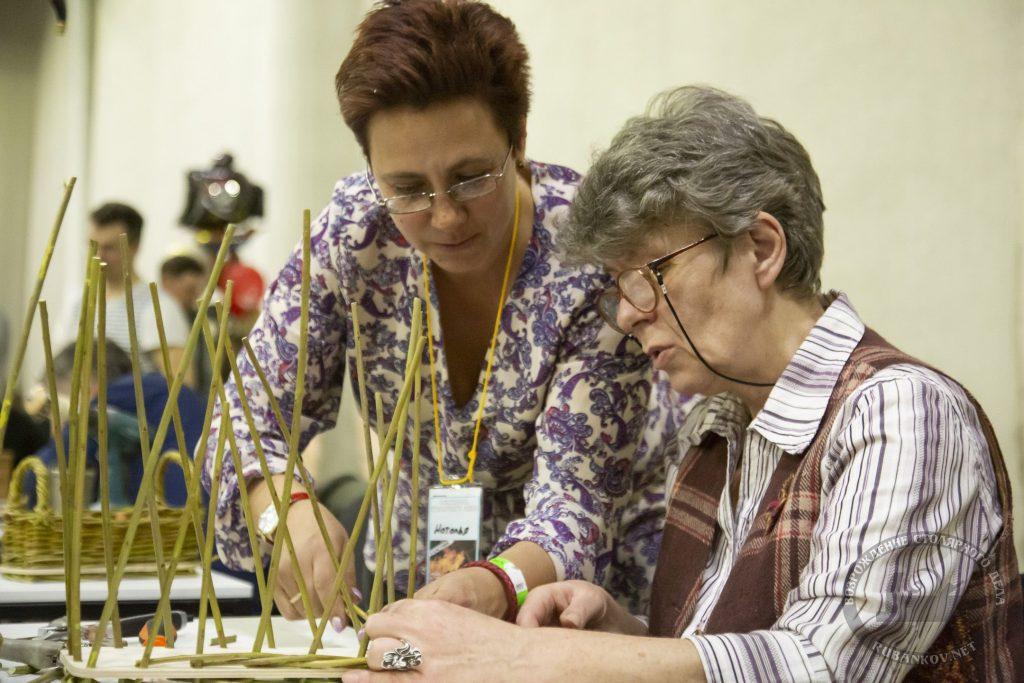 Наталья Кузнецова обучает основам лозоплетения (ФСД19, Москва)