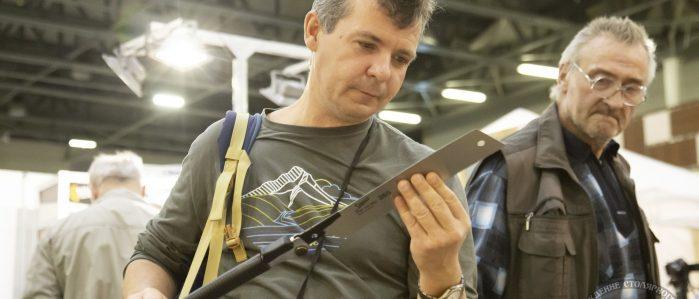 посетители тестируют японские пилы (ФСД19, Москва)