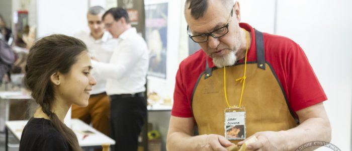 Иван Бочков демонстрирует работу ложкарезом Петроградъ (ФСД19, Москва)