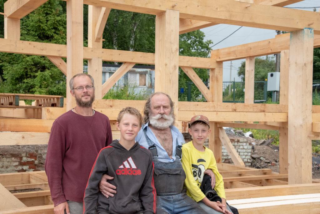 Павел Притуп и Евгенией Мирчук в окружении молодежи