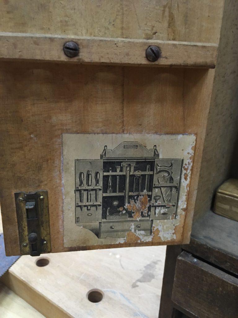 Иллюстрация на внутренней части дверцы шкафа
