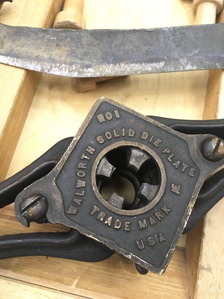 Плашка для нарезки резьбы и клейма производителя