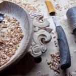 Деревянное блюдо с резьбой