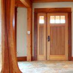 Входная дверь с массивными филенками и застекленной частью