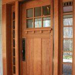 Интересная дверь с филенкой и стеклом