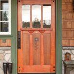 Дверь со сложнойне прямолинейной филенкой, стеклами и элементами декора