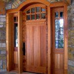 Входная дверь с филенками, остеклением и аркой