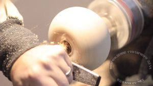 Выбираем внутренности резцом для чаш