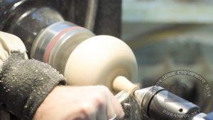Переворачиваем заготовку, протачиваем хвостик тыквы