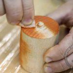 Проверяем тонированное масло на торце заготовки