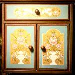 Дверцы тумбы и ящики с росписью по дереву