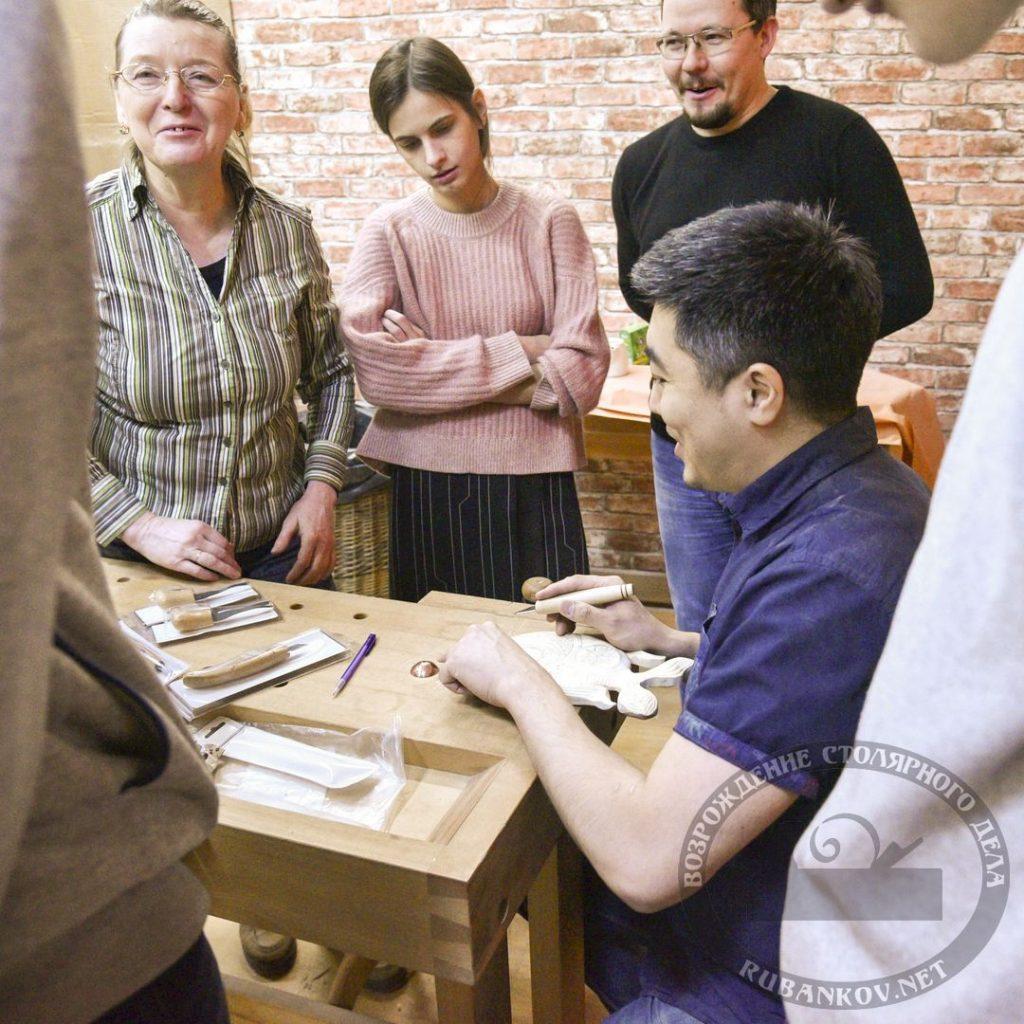 Борис Паланов объясняет работу косяком