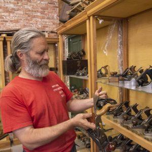 Алексей Юрьевич Дейкин рассматривает экспонат музея