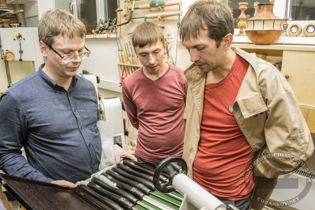 Посетители знакомятся с токарными инструментами