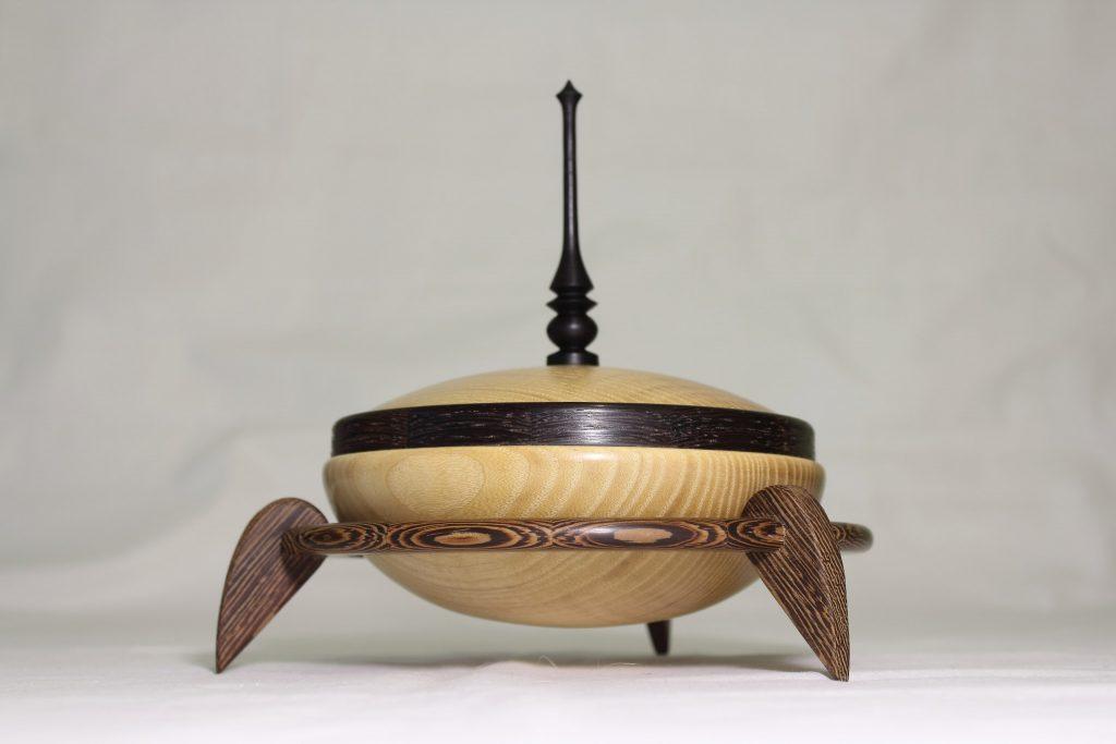Деревянная точёная шкатулка на подставке, работа Андрея Громова