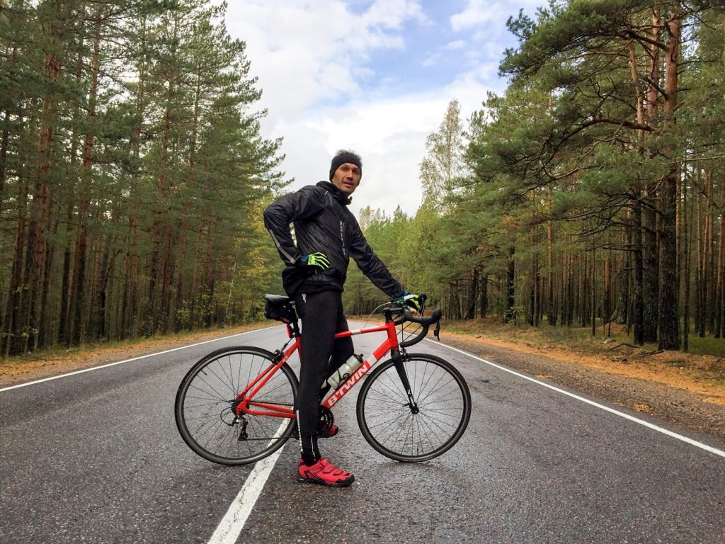 один человек, путь, дорога и велосипед