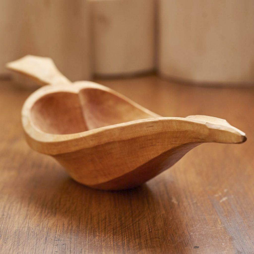 Деревянная чаша в виде листа