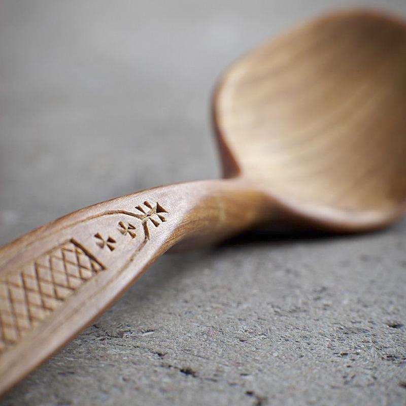Резной орнамент на деревянной ложке