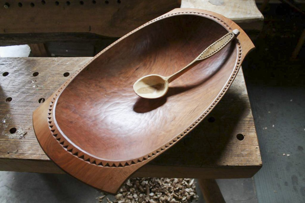 Резное деревянное блюдо и ложка с орнаментом