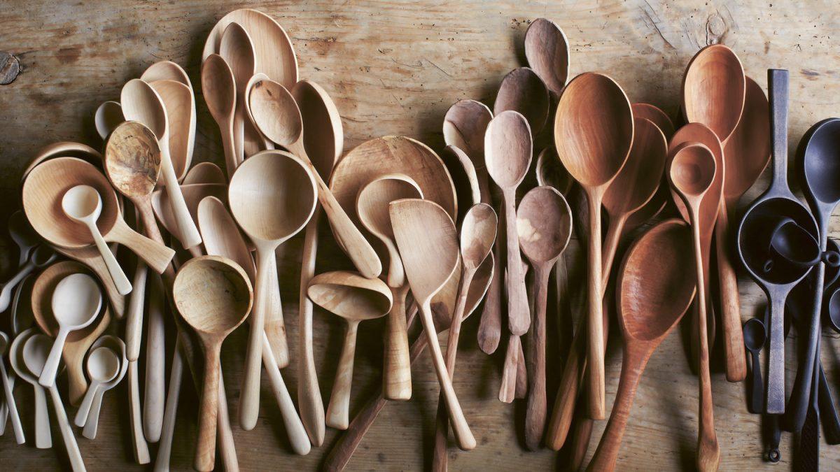 Резьба деревянной посуды: ложки, кружка кукса, тарелки или подноса