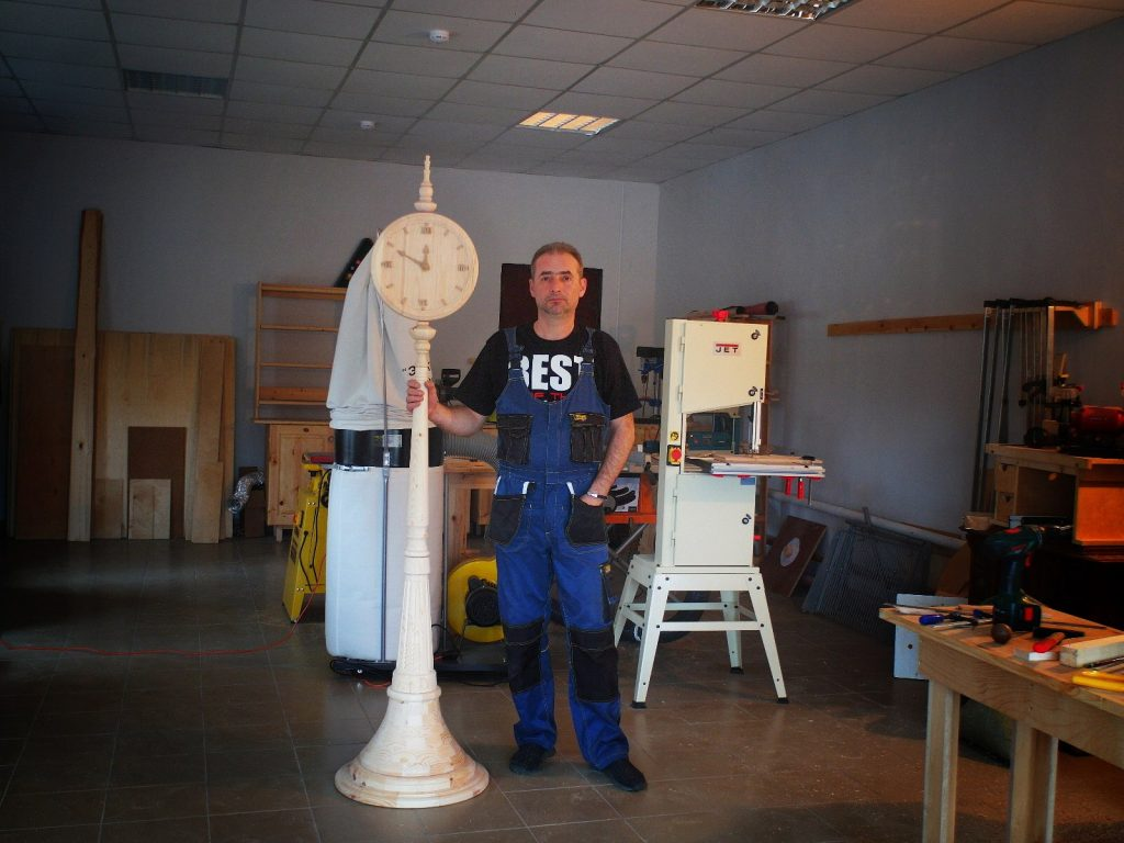 Столб с часами, работа Юрия Бажана