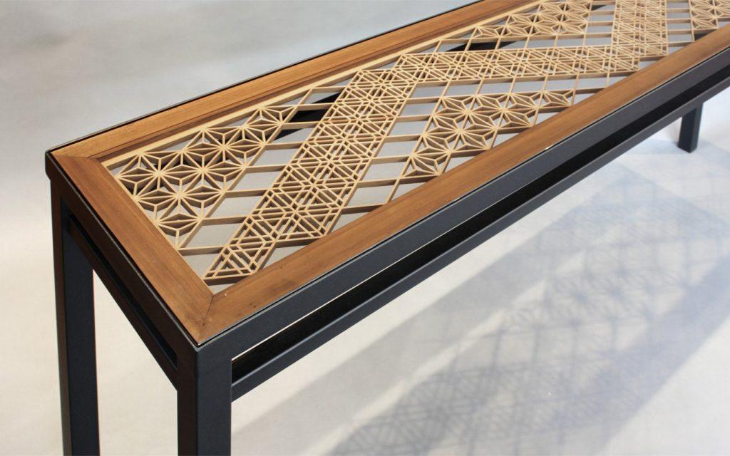 Стол с элементами решетки кумико