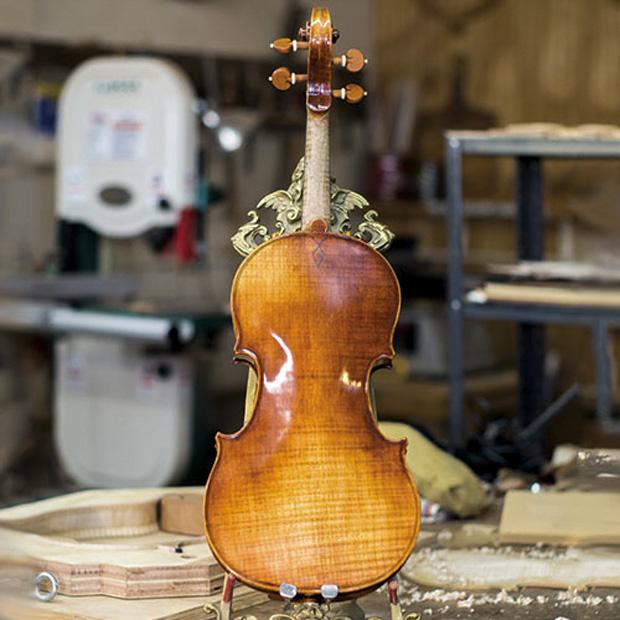 готовая скрипка на подставке