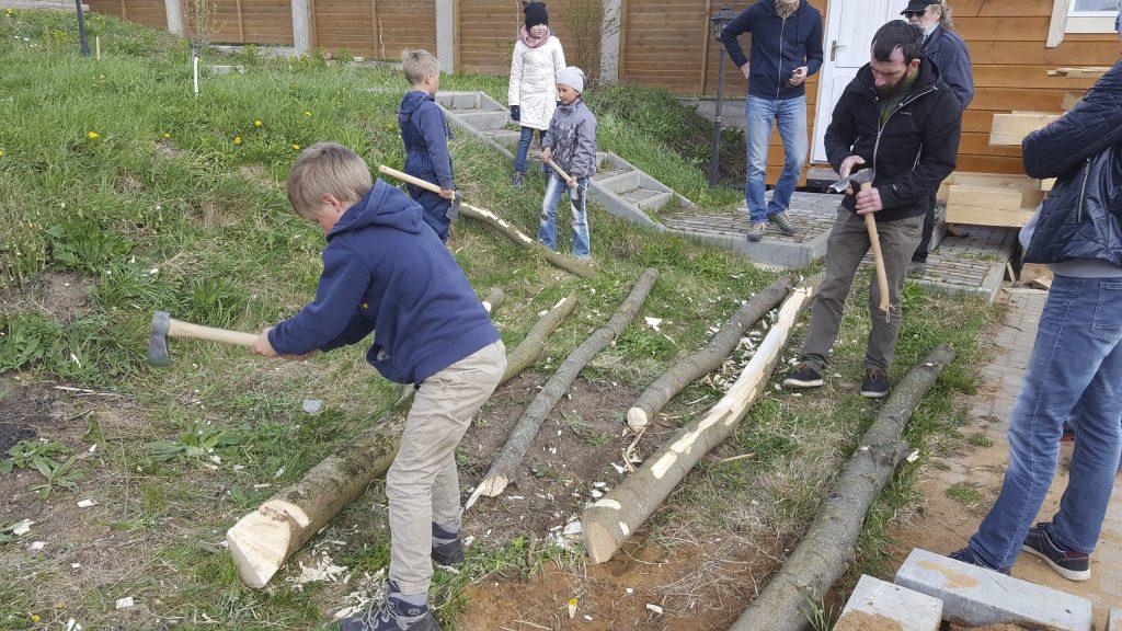 юные плотники с наставниками