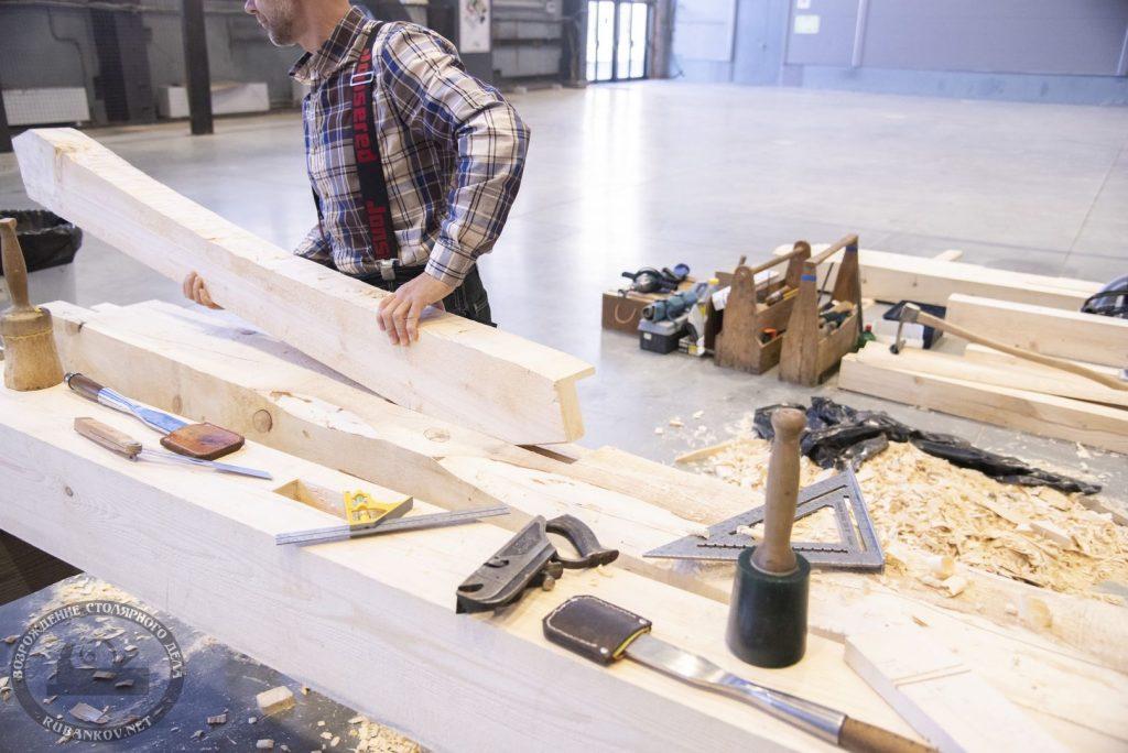 Плотник за работой
