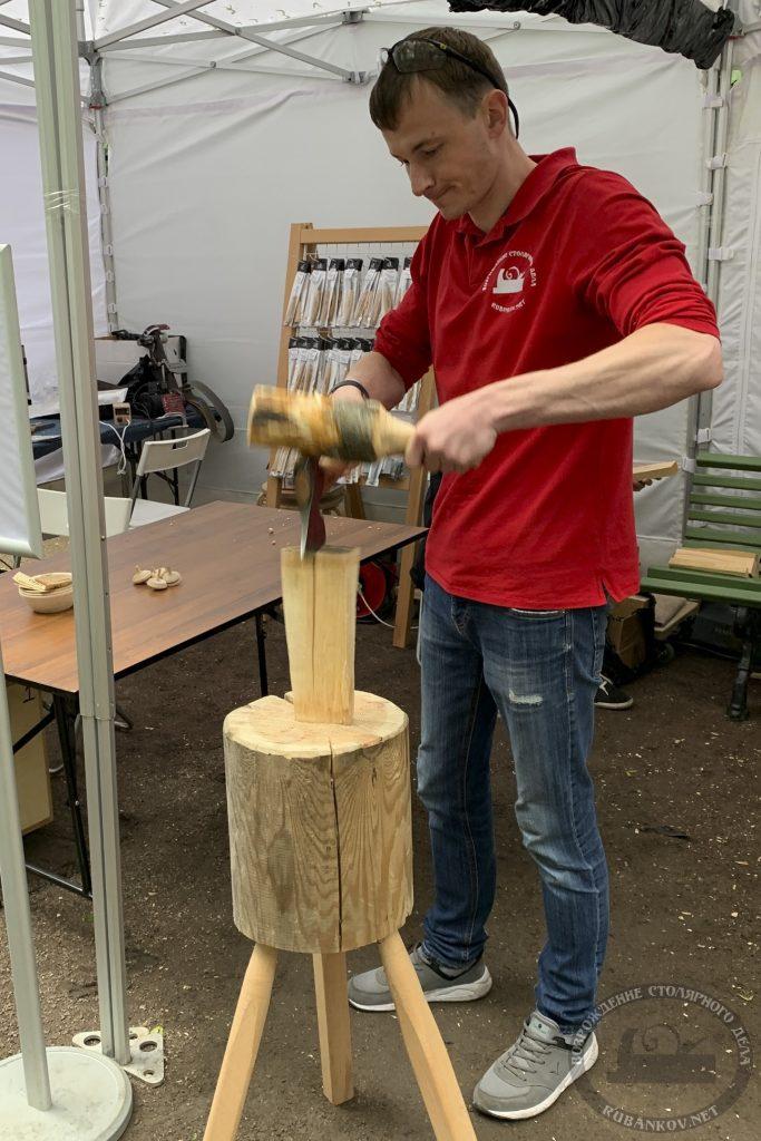 Владимир делает заготовки под деревянные ложки