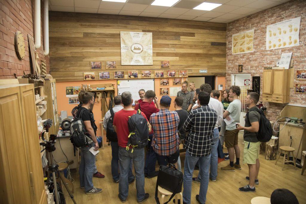 Алексей Дейкин в окружении желающих учиться на курсе Классическое столярное дело