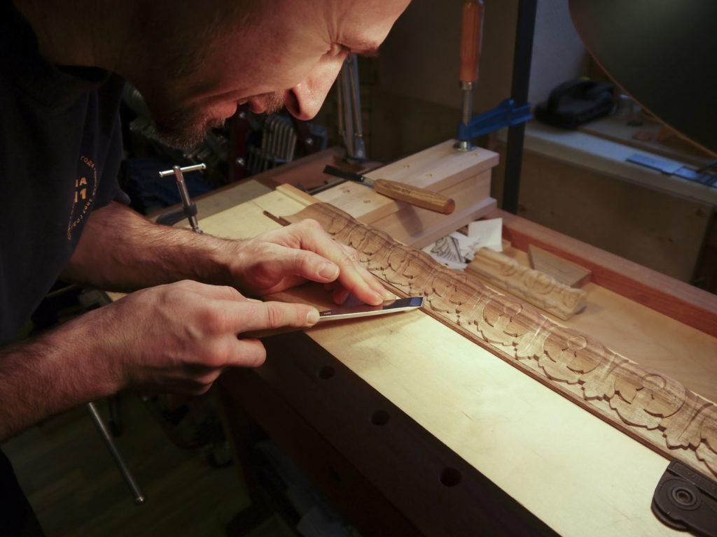 Андрей Тулупов за работой в мастерской Дельница
