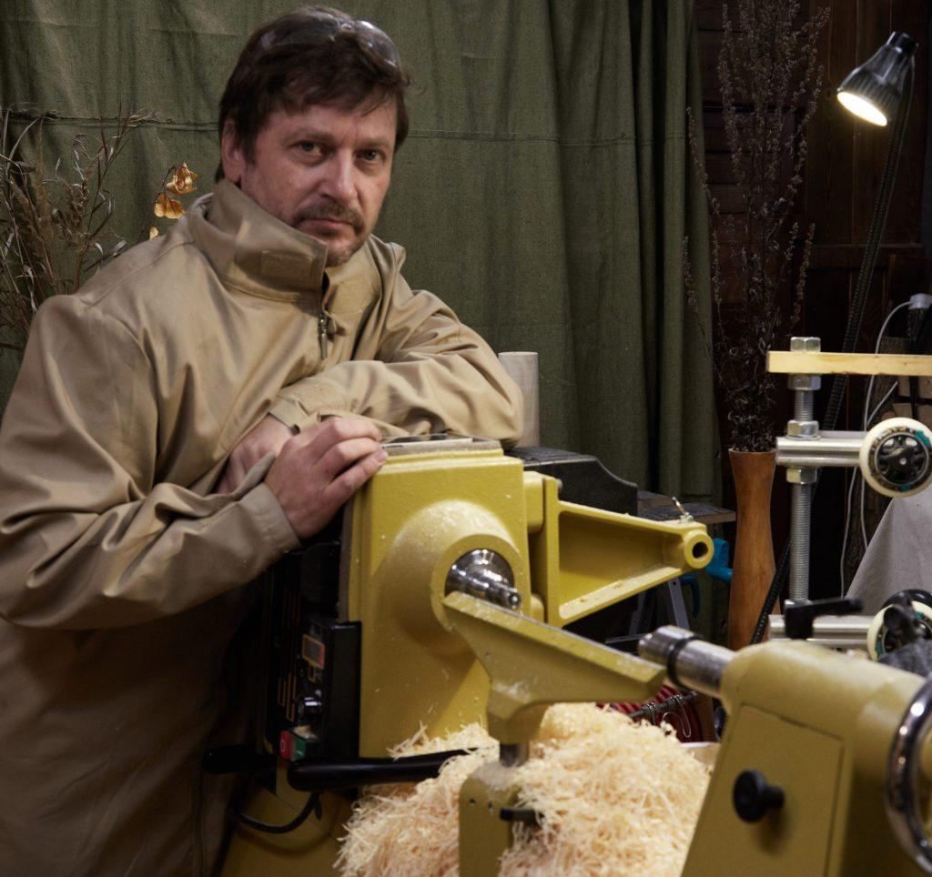 Дмитрий Попков в своей мастерской