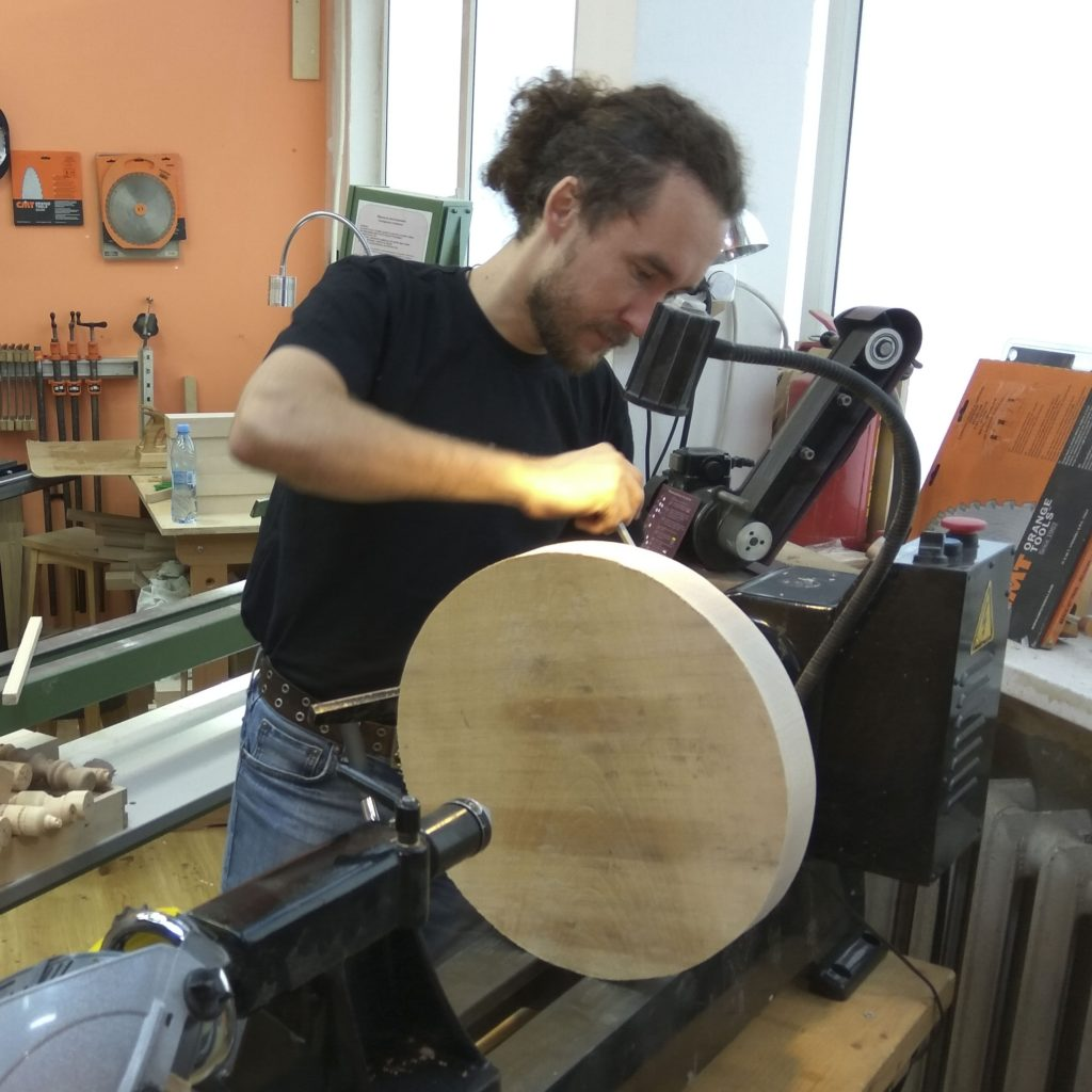 Андрей Касьян за токарным станком
