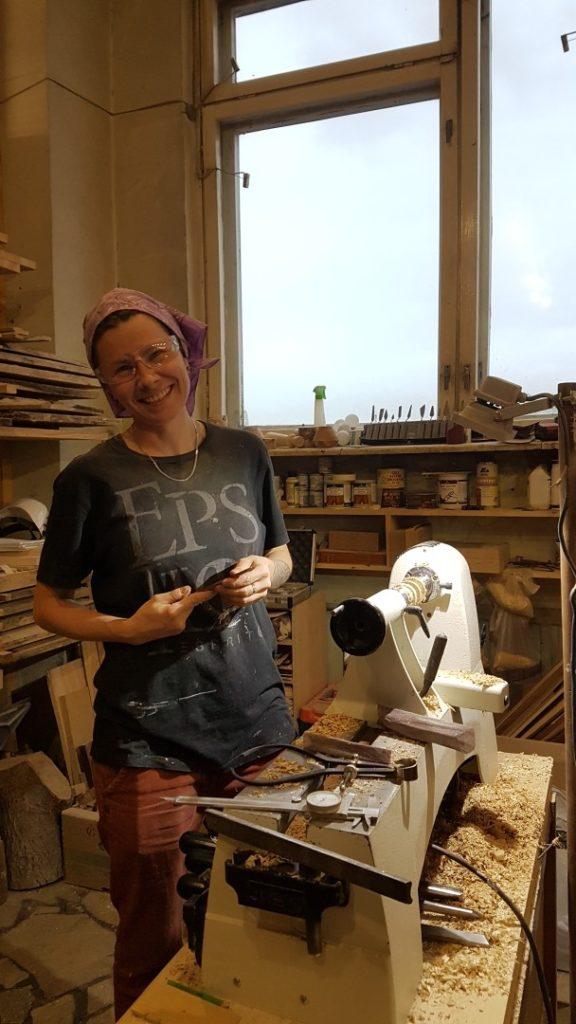 Юлия Зайцева в своей мастерской