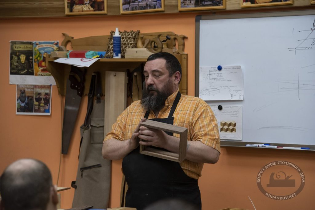 Фёдор Алексеевич с примером фанеровки корпуса шкатулки американским орехом