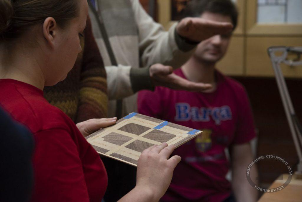 Посетители осматривают и обсуждают проделанную работу