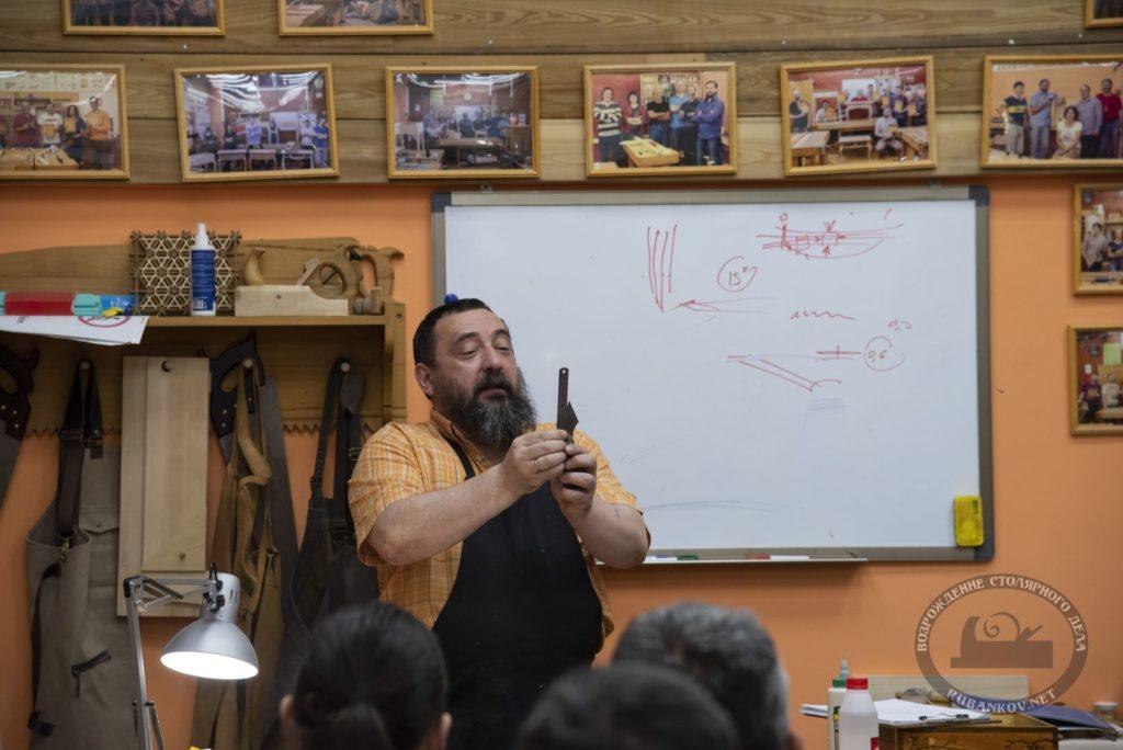 Федор Алексеевич демонстрирует выработку одного из своих ножей