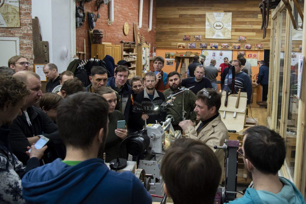 Дмитрий Попков в окружении слушателей мастерской